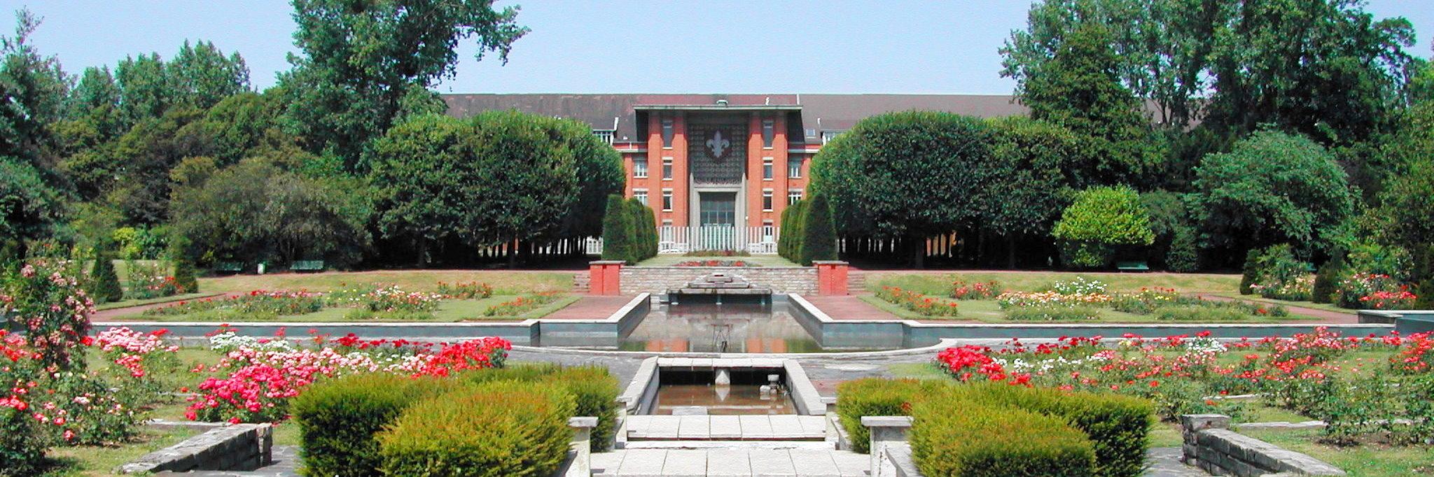 L'entrée historique du lycée Baggio. Vue du jardin des plantes.